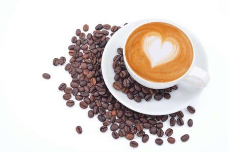 Een kopje cafe latte en koffie bonen op wit