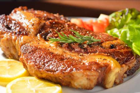 carne asada: Carne a la parrilla filete de costilla Foto de archivo