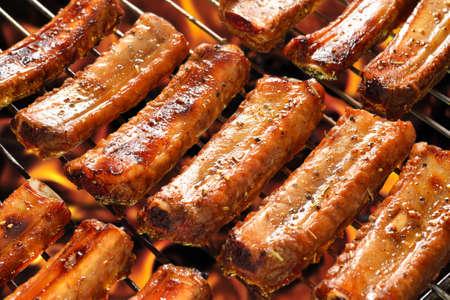 Gegrillte Schweinerippchen auf dem Grill