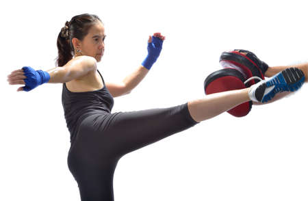 fitness: Vrouw beoefenen van thai boksen techniek Muay Thai