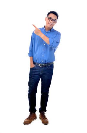 personas de pie: Hombre joven que señala a la izquierda Foto de archivo