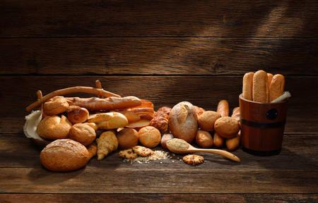 canasta de pan: Variedad de pan en la madera vieja Foto de archivo