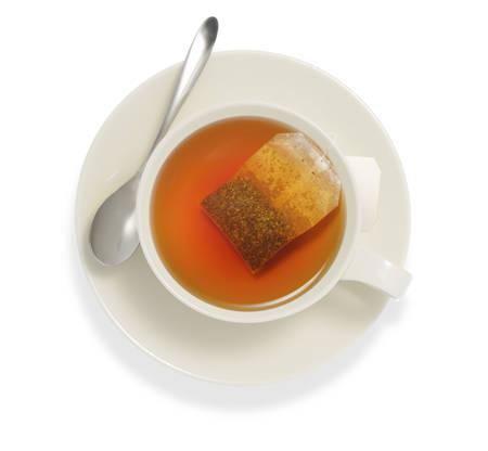 tazza di te: Vista dall'alto di una tazza di t� con bustina di t�, isolare su bianco