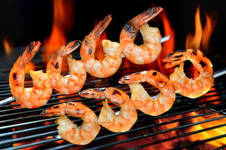 Gegrillte Garnelen auf dem flammenden Grill