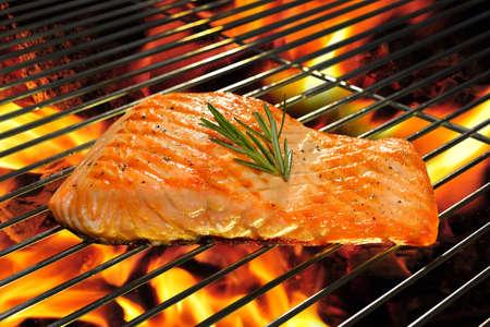 Saumon grillé sur le barbecue en flammes Banque d'images