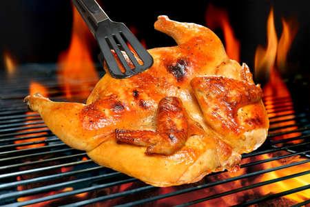 pollos asados: Pollo a la parrilla en la parrilla en llamas