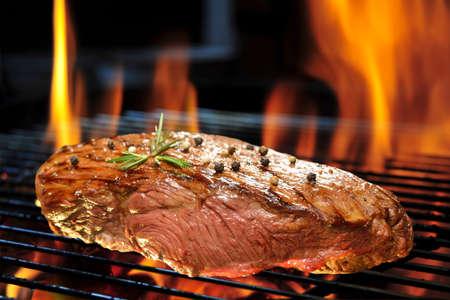 carne asada: Filete de carne a la parrilla en la parrilla en llamas Foto de archivo
