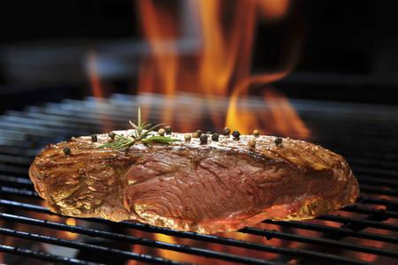 fogatas: Filete de carne a la parrilla en la parrilla en llamas Foto de archivo
