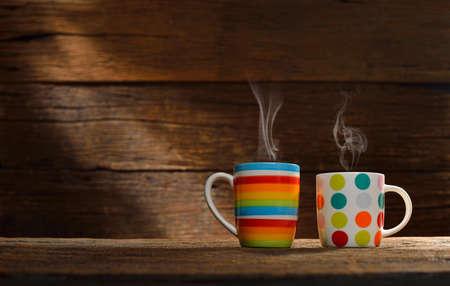 Kopje koffie met rook op oude houten achtergrond Stockfoto