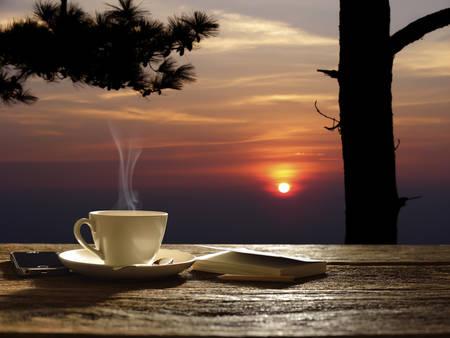 Ochtend kopje koffie met zonsopgang achtergrond Stockfoto