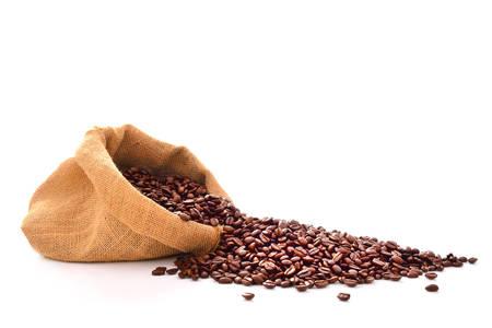 grano de cafe: Granos de café en saco aislado en blanco Foto de archivo