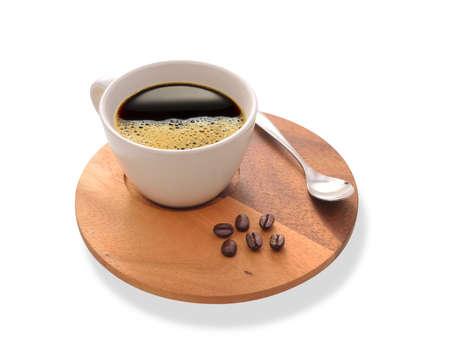 Kopje koffie en koffiebonen op houten plaat geïsoleerd op wit Stockfoto
