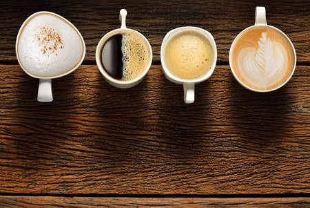 tazzina caff�: Variet� di tazze di caff� sul tavolo in legno vecchio