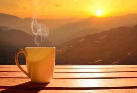 sonne: Morgen Tasse Kaffee mit Berg-Hintergrund bei Sonnenaufgang