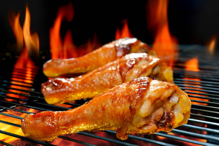 Grilled chicken legs on the flaming grill Banque d'images
