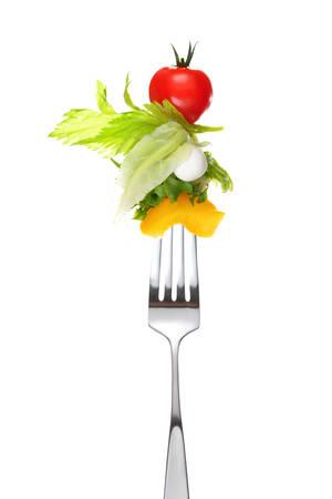 Gemengde salade op vork geïsoleerd op wit