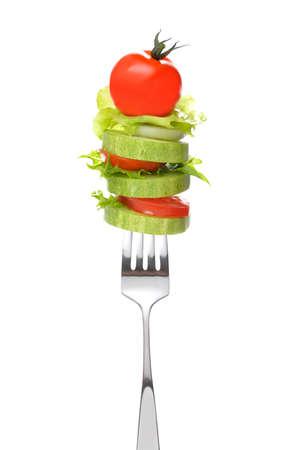 ensalada de verduras: Ensalada mixta sobre tenedor aisladas en blanco Foto de archivo