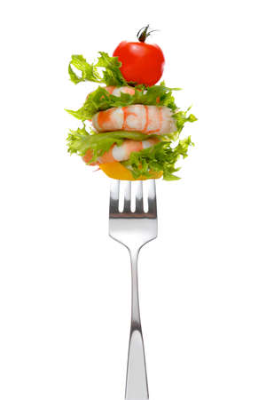 Ensalada mixta sobre tenedor aisladas en blanco