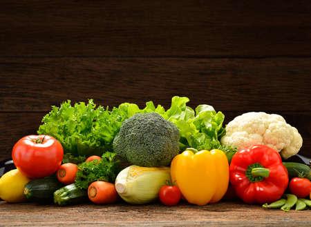 Groenten en fruit op oude houten achtergrond
