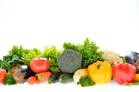 Gemüse und Obst auf weißem Hintergrund