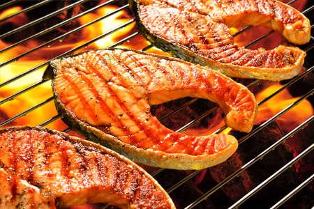 Saumon grillé sur le barbecue en flammes