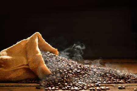 Koffiebonen met rook in jute zak, Deze foto is beschikbaar zonder rook