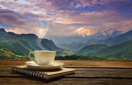 tomando café: Taza de la mañana de café con el fondo de la montaña al amanecer Foto de archivo