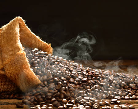 Kaffeebohnen mit Rauch im Leinwandsack