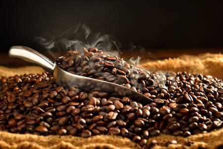 Coffee beans with smoke on burlap Banque d'images