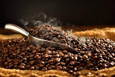 Koffiebonen met rook op jute