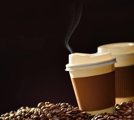 Tasse de papier de café et de grains de café sur la table en bois Banque d'images - 39091773