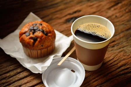 tektura: Papierowy kubek z kawa i ciasto na drewnianym tle