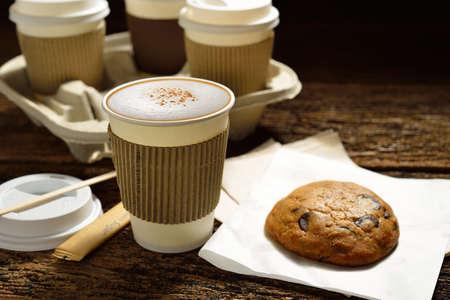 Kopjes koffie en cookie op houten achtergrond