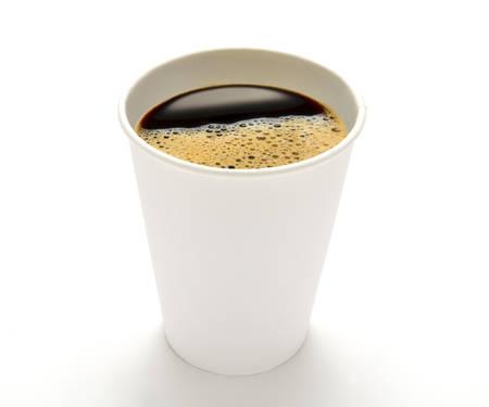 Papieren kopje koffie op een witte achtergrond