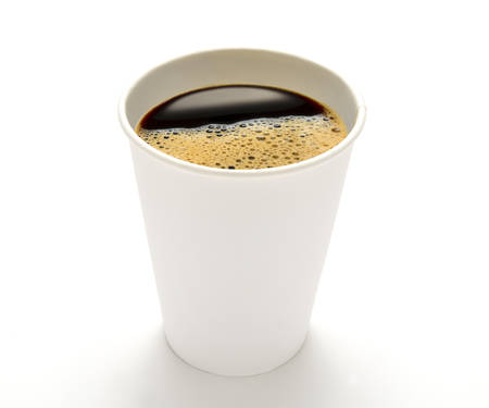 taza: Taza de caf� de papel aislado en el fondo blanco