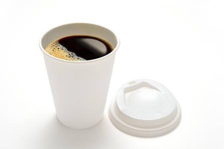 alimentos y bebidas: Taza de caf� de papel aislado en el fondo blanco