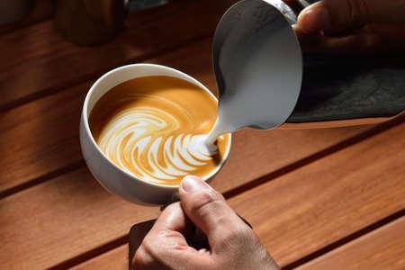 Making of cafe latte art vogel vorm Stockfoto