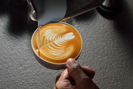 Making of cafe latte art leaf shape Banque d'images