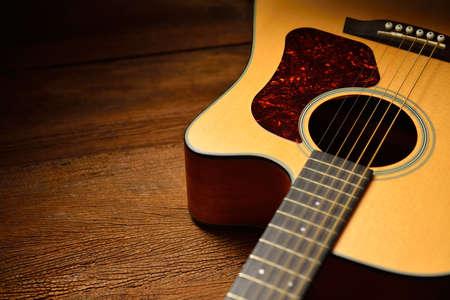 guitarra acustica: Guitarra acústica en el fondo de madera vieja
