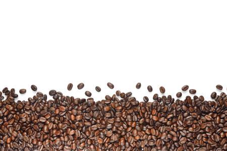 frijoles: Granos de café aislados sobre fondo blanco