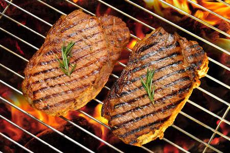 carne asada: filete de carne a la parrilla en la parrilla llameante