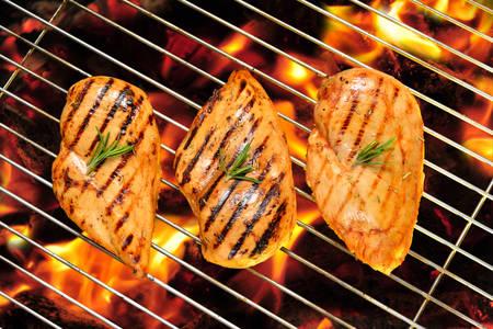 Grillowana pierś z kurczaka na płonące grill Zdjęcie Seryjne