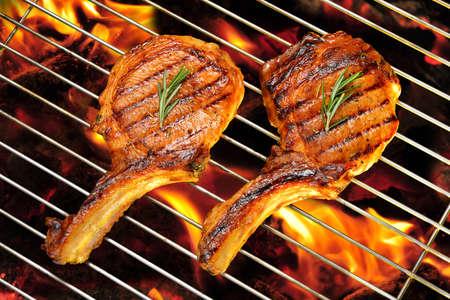 불타는 그릴에 구운 돼지 고기