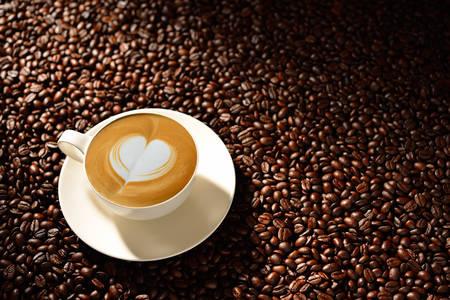 Tasse Kaffee Latte und Kaffeebohnen