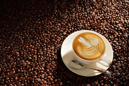 Cup of latte art, coffee and coffee beans Stockfoto