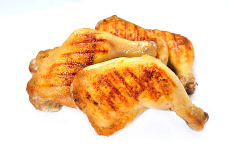 muslos: muslos de pollo asado aislado en el fondo blanco