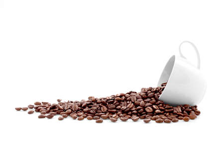 Koffiebonen in koffiekop geïsoleerd op wit