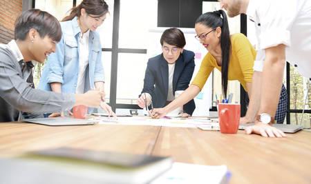 사무실에서 작업을 논의하는 창조적 인 사업에 다른 나이를 갖는 사업 사람들의 그룹