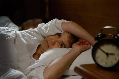 Vrouw met slapeloosheid liggend in bed met open ogen Stockfoto