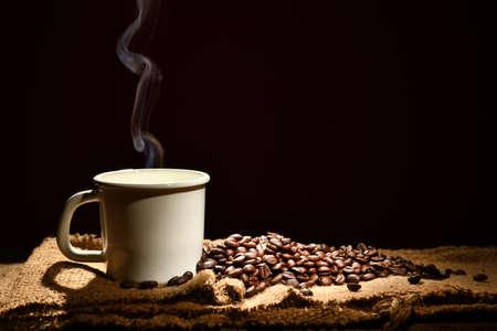 검은 배경에 연기와 원두 커피와 커피 한잔 스톡 콘텐츠